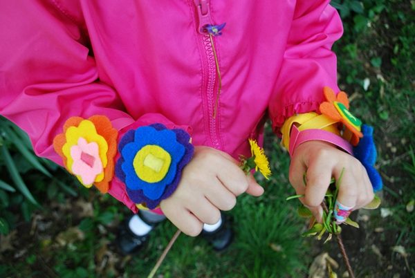 Tinker-with-kids-in-summer-cool-colorful-bracelets - foto tomada desde arriba