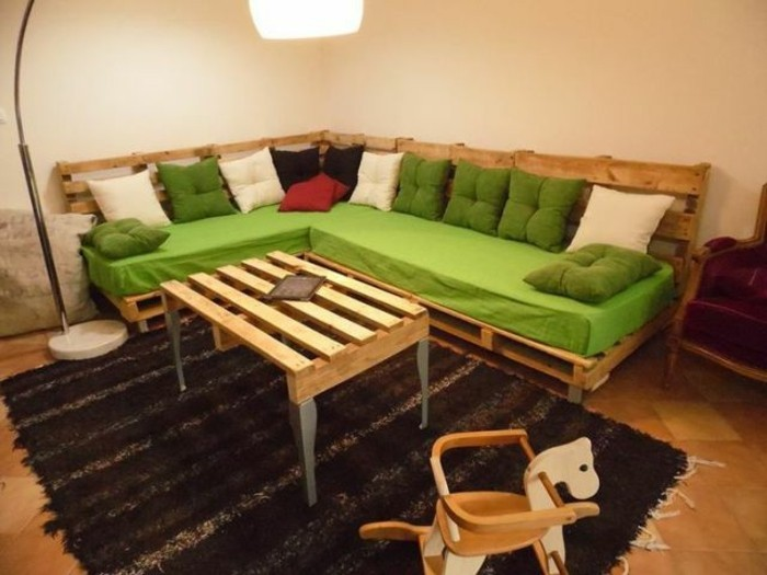 creative-model-sofa-out-europallets-in-the-small-living-room